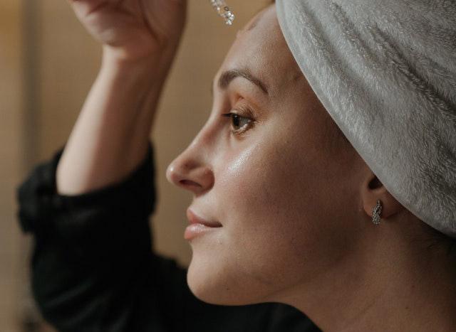 Portrait Frau bei der Hautpflege